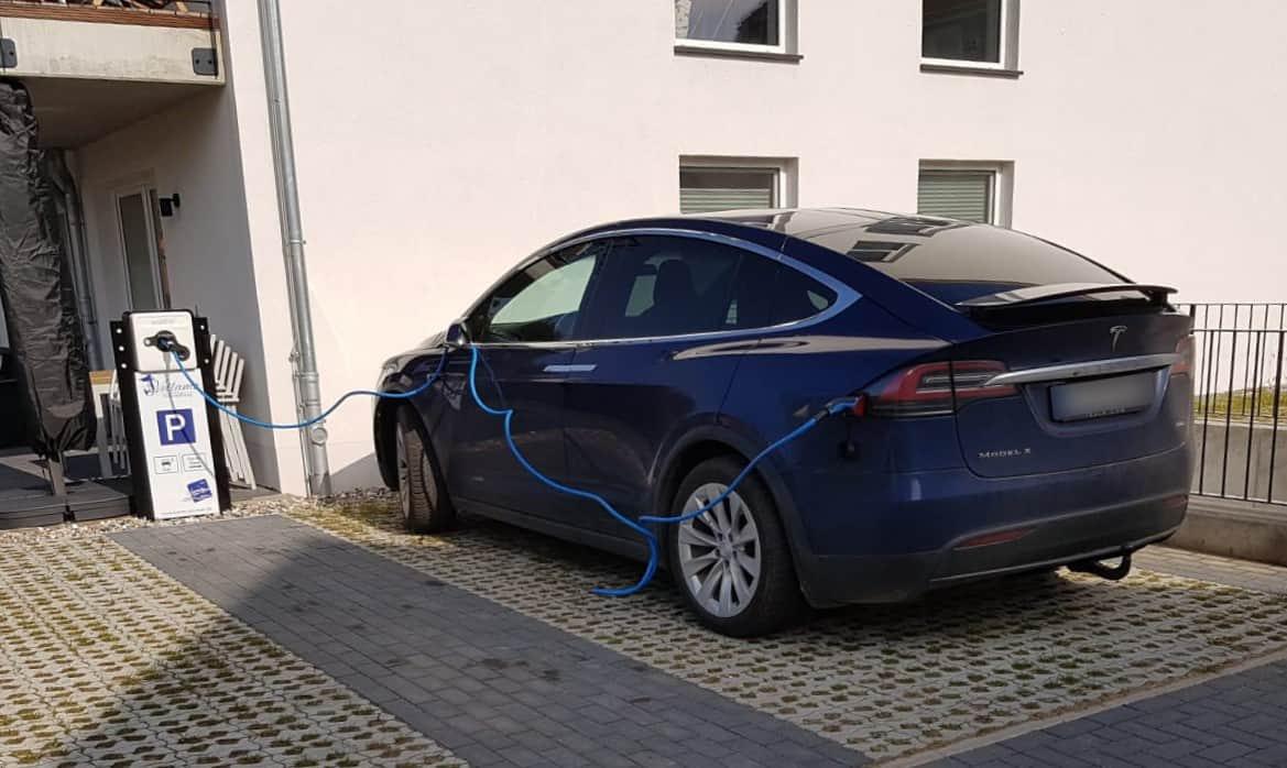 Sleep & Charge - Tesla beim Laden